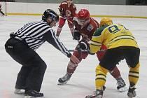 Hokejisté Frýdku-Místku (v červených dresech) si nadále drží neporazitelnost, když v 5. kole na svém ledě porazili favorizovaný Vsetín 3:0.