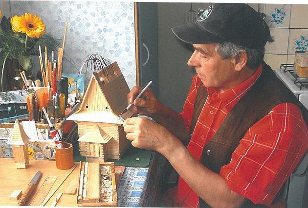 Jan Blizňák vyrábí modely dřevěných staveb zregionu. Foto: archiv Jana Blizňáka