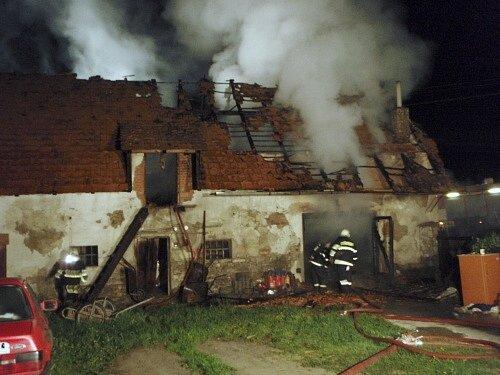 Pozar garaže v Třenovicích. Hasičům se podařilo od plamenů uchránit rodinný domek.