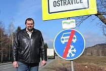 """Dopravní značka """"konec zimní výbavy"""" na začátku Ostravice ze směru od Bílé."""