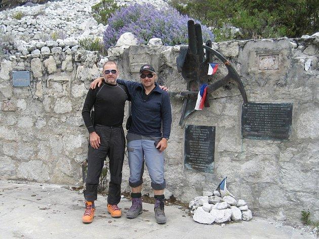 Po výstupu na horu Pisco se Petr Pauk (vlevo) a Miroslav Bahr zastavili u jezera Llanganuco. Na snímku stojí před památníkem československé výpravy, která zde zahynula v roce 1970.