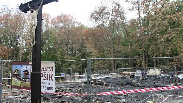 Práce na odklízení trosek vyhořelého kostela v Gutech.