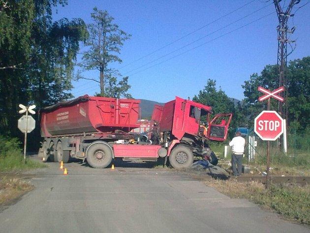 Nehoda nákladního automobilu s osobním vlakem mezi Ostravicí a Pržnem.