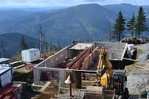Práce na obnově Bezručovy chaty pokračují i v těchto dnech.