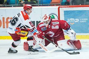 Patrik Bartošák čelí jedinému úspěšnému nájezdu utkání.
