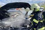 Dvě jednotky hasičů zasahovaly v sobotu 8. května krátce před 9. hodinou ranní u požáru osobního automobilu v Kunčičkách u Bašky.