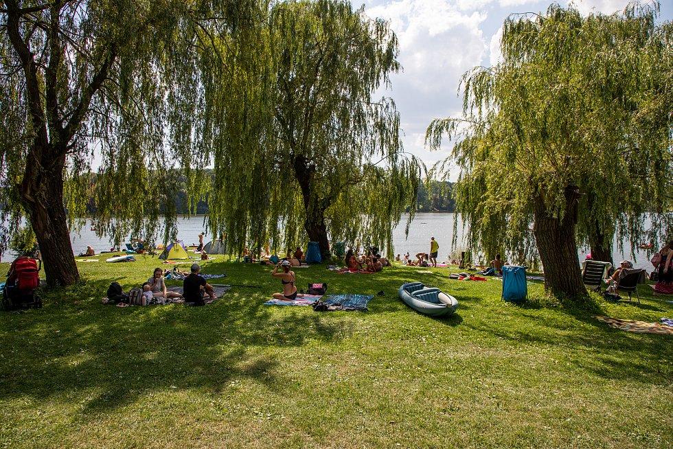 Lidé tráví slunečnou neděli u Žermanické přehrady, 15. srpna 2021 v Soběšovicích.