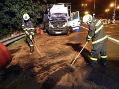 Nákladní automobil zničil požár.