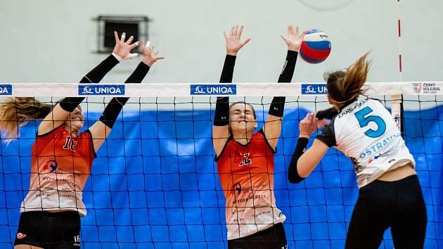 Sokolky (v červeném) své poslední dva zápasy prohrály.