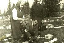 U hrobu rotmistra Josefa Kovala v Liptovském Mikuláši jsou zachyceni v roce 1960 jeho příbuzní – sestra Marie Tománková, Terezie Babicová společně s Pavlem Tománkem.