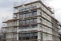 Lešení zatím obklopuje objekt bývalé mateřské školy v Pržně, už brzy sem ale budou moci zavítat místní obyvatelé. Vzniká totiž esteticky a funkčně hodnotná stavba.
