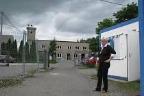 Starostka Vojkovic Hana Sobková stojí před unimobuňkami, do kterých se úřad provizorně přestěhoval. Protější budova hasičské zbrojnice prochází rekonstrukcí.