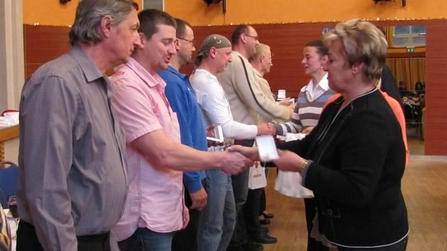 Ředitelka Oblastního spolku Českého červeného kříže ve Frýdku-Místku Jana Stanovská předává vyznamenání dárcům krve.
