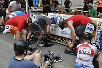 Závodníci se obouvají do bruslí krátce po startu závodu.