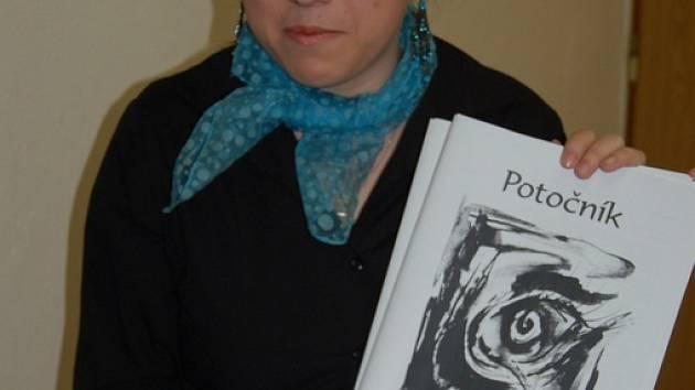 Na snímku je jedna z redaktorek Potočníku Pavlína Klaudová se zmíněným výtiskem časopisu.
