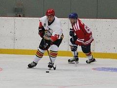Obránce Pavel Kowalczyk (v bílém) vyváží puk z obranného pásma.