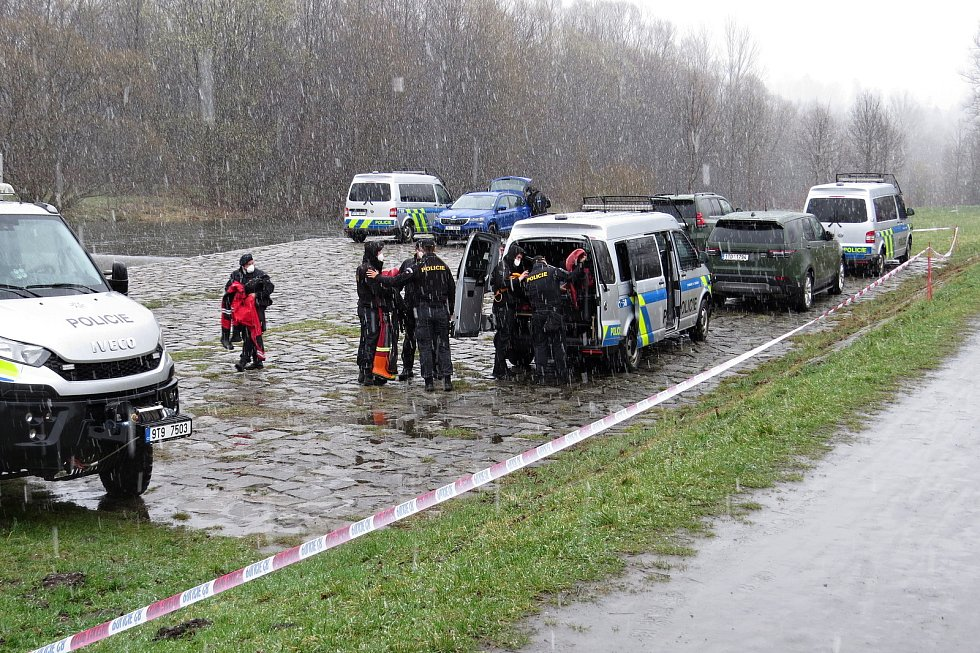 V sobotu 3. dubna 2021 dopoledne policisté a vojáci pokračovali v pátrání po třetím z mužů, který utonul v řece Ostravici. Našli jej až pod dalším splavem.