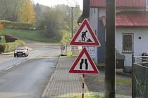 Oprava frekventované silnice v Bruzovicích se blíží ke svému závěru. Z úseku už zmizely mobilní semafory, motoristé ale musí zpomalit na třicet kilometrů v hodině.