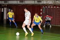 Na snímku domácí Jaroslav Goj (u míče) se snaží zastavit hostujícího Kurku.