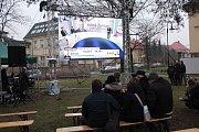 Lidé v Jablunkově sledovali volební televizní přenos na velkoplošné obrazovce.