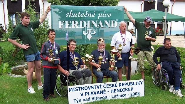 Radim Kozlovský (třetí zleva) při svém zatím posledním úspěchu, díky němuž jede na své třetí mistrovství světa.