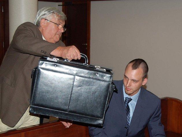 Tomáš Kamberský (vpravo) na snímku z loňského roku. Jeho advokát jej bránil před fotografováním. Mladík ve středu k vyhlášení rozsudku nepřišel.