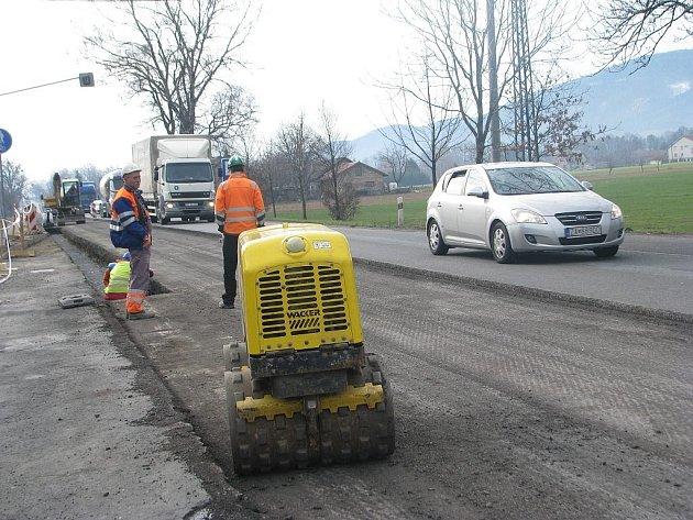 Rekonstrukce hlavního tahu I/11 začala v dubnu v Neborech (na snímku), od tohoto týdne se práce přesunou do úseku mezi areálem firmy Agricoop a oldřichovickou okružní křižovatkou.