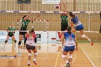 Volejbalistky Frýdku-Místku (v bílo-modrém) sehrály na domácí palubovce dramatickou bitvu s týmem KP Královo Pole. Utkání nakonec vyhrály soupeřky po boji 3:2.