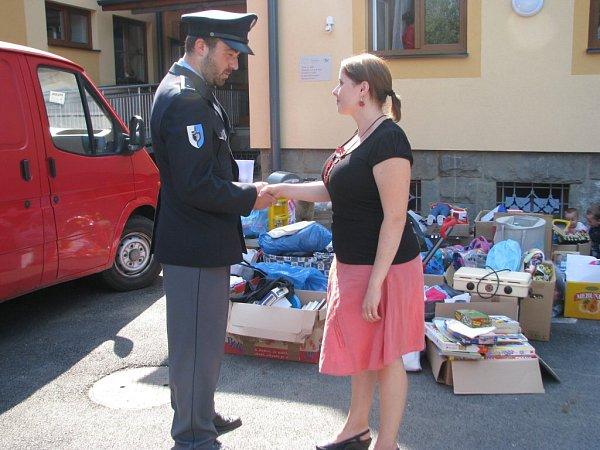 Policisté předali finanční dar a hračky Azylovému domu Sára ve Frýdku-Místku.