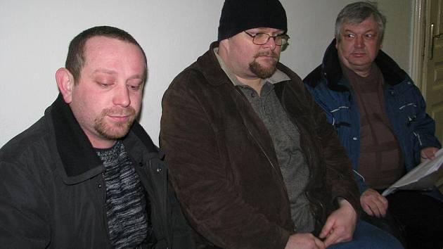 Nedobré sousedské vztahy hýbou lokalitou Volovec v Dolních Domaslavicích. Na snímku Daniel Toman (uprostřed) a jeho dva sousedé, kteří nesouhlasí se stavbou přípojky, čekají na chodbě frýdecko–místeckého stavebního úřadu.