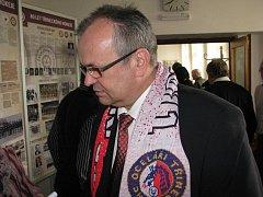 Třinečtí hokejisté splnili slib: pohár pro vítěze extraligy v úterý přinesli i na jednání městských zastupitelů. Na snímku viceprezident klubu Jan Czudek .