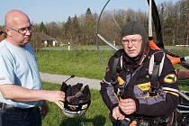 Dětský domov v Čeladné byl jedním z bodů trasy, na kterou se vydal Miroslav Oros. Ten by rád překonal celosvětový rekord v letu na motorovém paraglidu – 9 000 kilometrů za 90 dní.