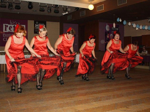 V Petrovicích uspořádaly tamní ženy soutěž o nejlepší bramborový salát a silvestrovké jednohubky. Zatančila tam mj. skupina Zoufalé manželky.