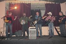 Banjo, harmonika, kytary a dobrá nálada. To jsou věci, které si doma rozhodně nezapomněli kamarádi trampských osad, kteří v sobotu obsadili celý sál restaurace u Tomise v Palkovicích.