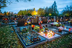 Na památku zesnulých lidé zapalují svíčky, 2. listopadu 2020 ve Frýdku-Místku. Centrální hřbitov ve Frýdku.