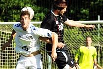 Divizní fotbalisté Lískovce (v bílých dresech) si v domácím prostředí poradili s Hranicemi 3:0.