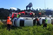 V pondělí ráno zasahovali hasiči v Oldřichovicích u dopravní nehody nákladního automobilu, který převážel osobní vozidla a sjel do příkopu.
