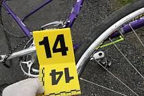 Řidič, který srazil cyklisty, od nehody podle ujel. Policie jej už ale dopadla. Na snímcích jsou poničená kola.