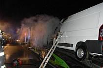 Tři jednotky hasičů zasahovaly ve čtvrtek vpodvečer v Mostech u Jablunkova nedaleko slovensko-českého hraničního přechodu u požáru polského kamionu Mercedes Actros, který vezl na návěsu tři dodávky Peugeot Boxer.