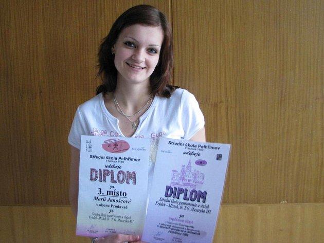 Marie Janošcová se svými diplomy.