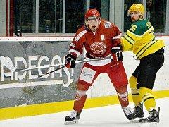 Vladimír Luka (v červeném) mění působiště. Stal se totiž hráčem VHK Vsetín.