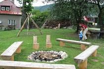 Na nevyužívaném prostoru mezi rodinnými domy a hřbitovem v Pražmě si zdejší obyvatelé postavili kromě travnatého hřiště i lavičky, houpačky, prolézačku a ohniště.
