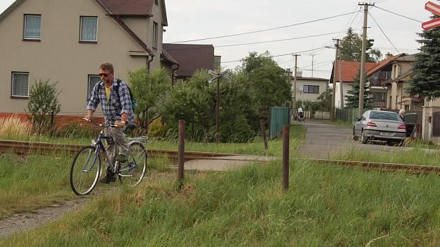 Cyklista projíždí místem, v němž má v Dobré vzniknout čtyřmetrová zeď.