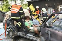 Ukázka vyproštění posádky havarovaného vozidla. Ilustrační snímek.