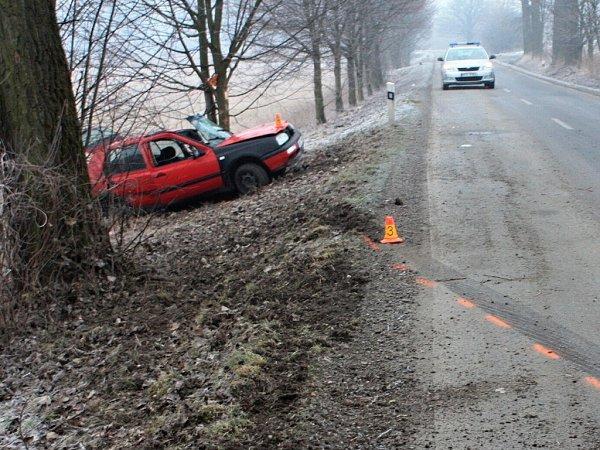 Ve čtvrtek 28.února  krátce po páté hodině ranní vobci Žermanice ve směru na Bruzovice došlo kdopravní nehodě. Pětatřicetiletý řidič vozidla VW Golf dostal na zledovatělé vozovce smyk a sautomobilem narazil do stromu.