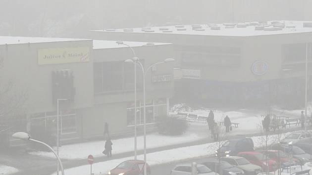 O čistém vzduchu si mohli včera lidé ve Frýdku-Místku nechat jenom zdát, což dokládá pohled na ulici 8. pěšího pluku.