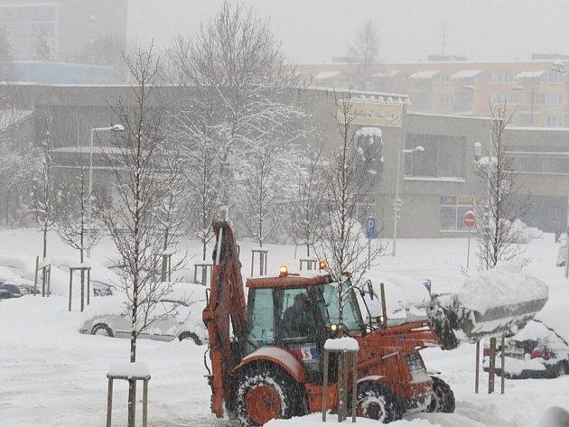 """Husté sněžení zasáhlo v neděli Frýdecko-Místecko a Třinecko. Se sněhem """"se bojovalo"""" v celém regionu. Snímky jsou z Frýdku-Místku, Ostravice, Bílé a Hukvaldů."""