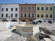 Dokončování kašny na náměstí Svobody ve Frýdku-Místku.