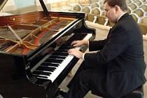 Jiří Pazour za klavírem.