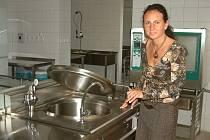 Ředitelka Mateřské školy Čtyřlístek Alena Adamčíková si prohlíží kuchyň, která právě prošla kolaudací.